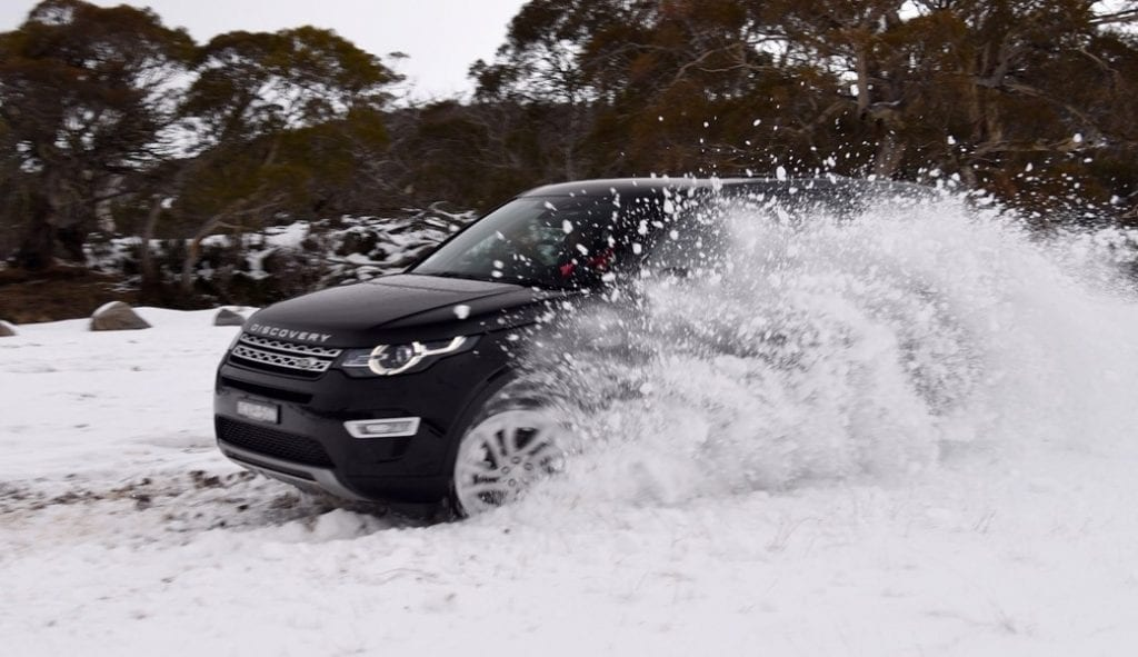 land-rover-discovery-sport-sd4-hse-flicking-snow